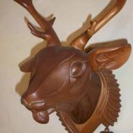 Деревянная резная голова косули с деревянными рожками
