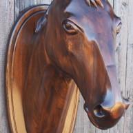 Скульптура головы коня из дерева