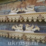 """Резной деревянный карниз для штор """"Амурский виноград""""."""