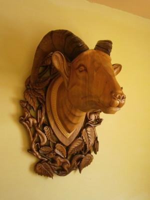 Деревянная голова барана с натуральными рогами