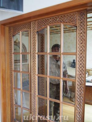 Резная дверь с кельтским орнаментом из ореха