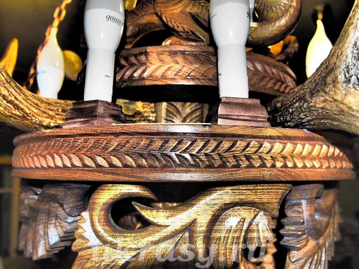 """Мастер-класс резьбы по дереву: деревянный резной элемент люстры из рог """"Сосновая  ветка""""."""